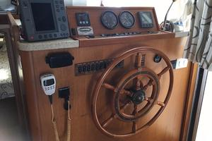 39' Mainship 390 Trawler 2000 Cabin Helm