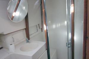 39' Mainship 390 Trawler 2000 shower
