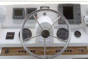 39' Mainship 390 Trawler 2000 Wheel and Electronics