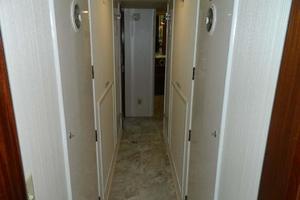 60' Hatteras Motor Yacht 1989 Hallway