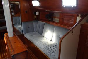 42' Pearson 424 1981 Starboard seating main salon