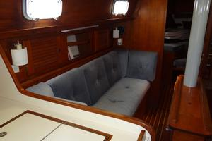42' Pearson 424 1981 Port seating main salon